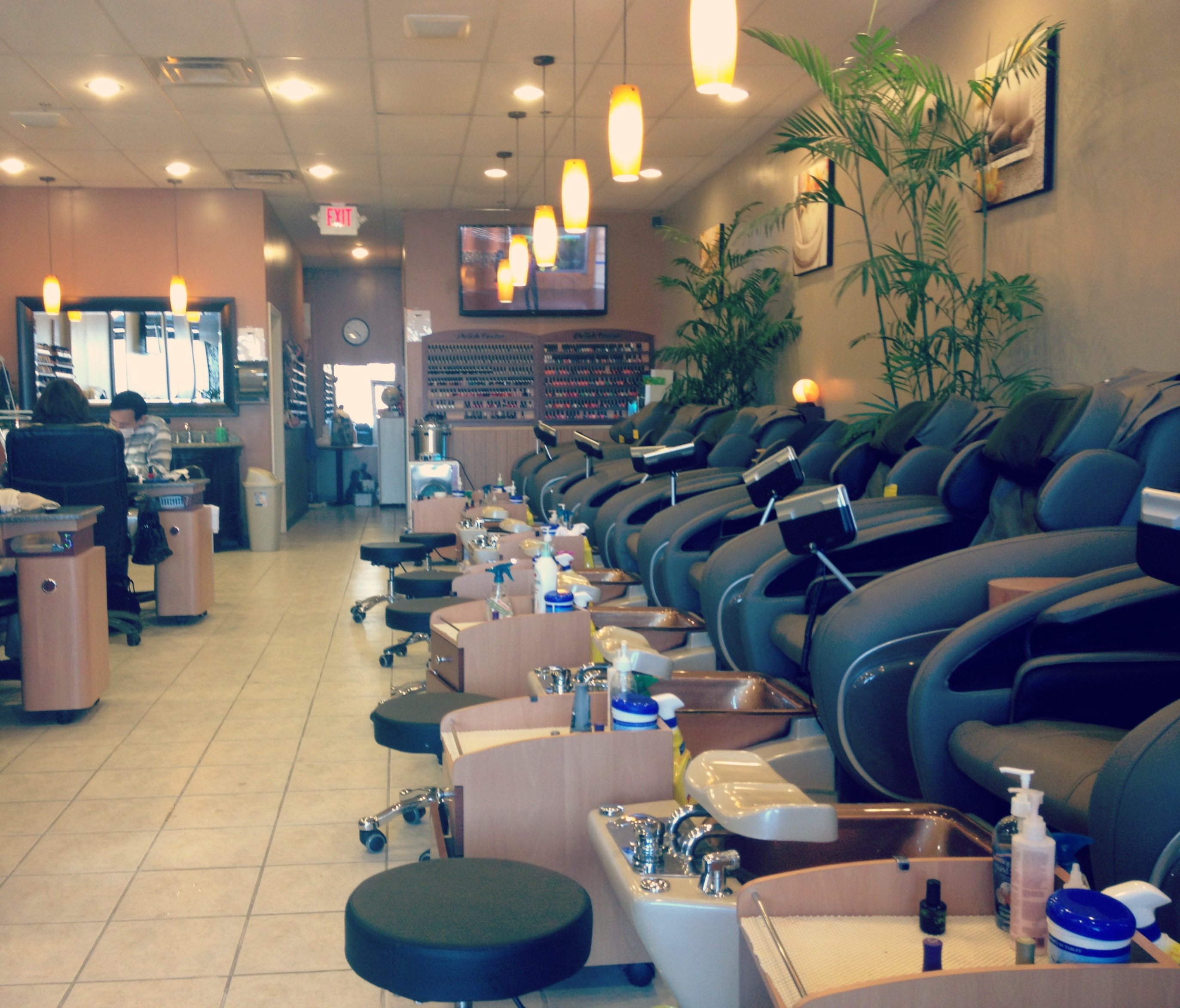 Modern Nails: Quick Spa Experience in Commerce – Chick In the Mitt